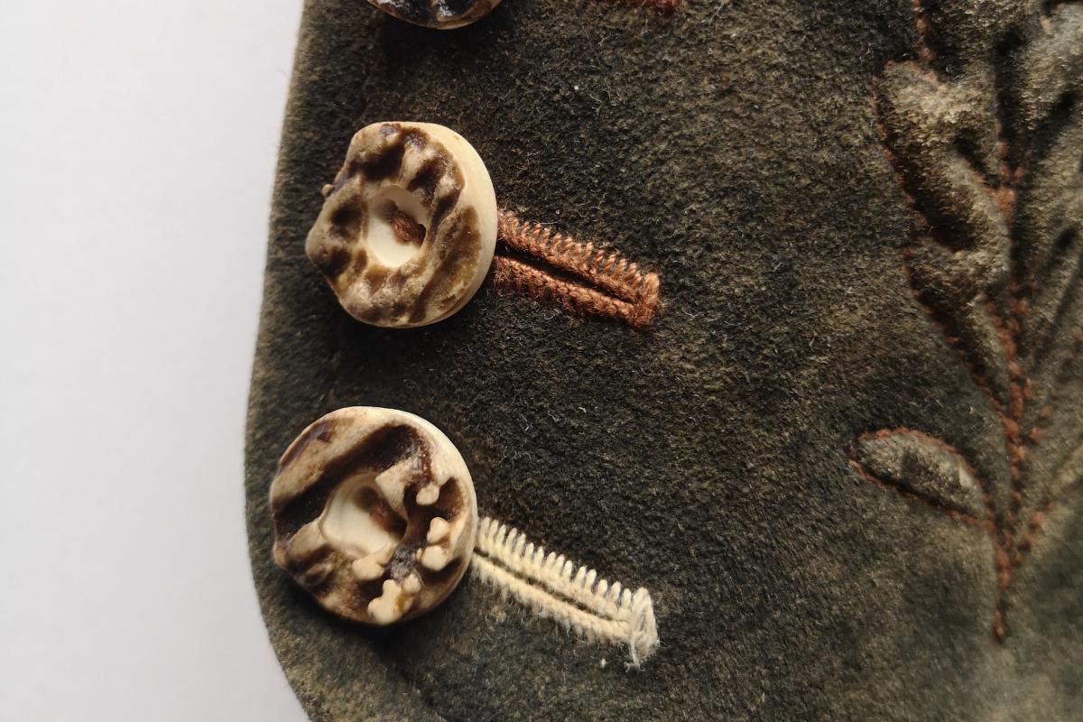 handgenähte Knopflöcher mit Knöpfen aus Hirschhorn